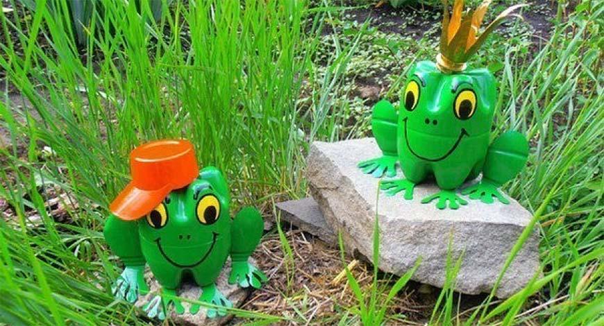 лягушки из пластиковых бутылок