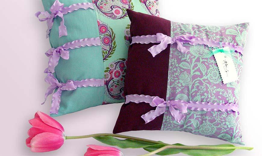 подушки украшенные ленточками